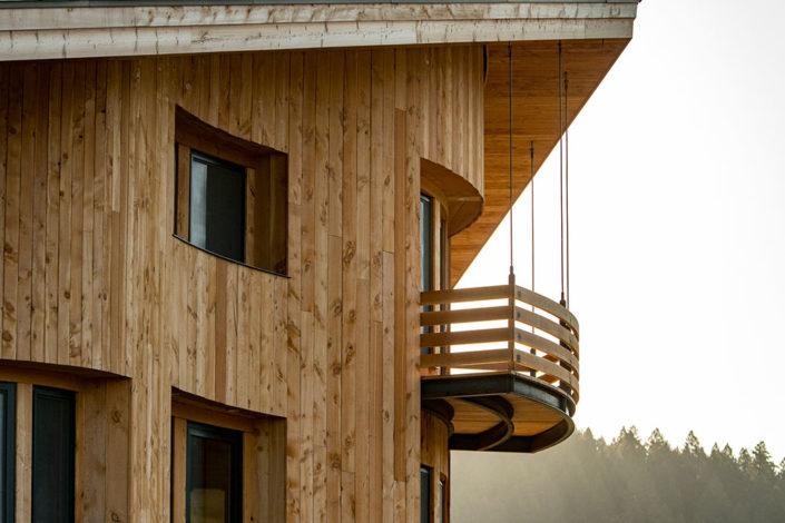 Suspended radius balcony